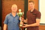 Der Sieger des Turniers IM Gunter Spieß bekommt den Sieger-Pokal von Stefan Diebler (Geschäftsführer SV SCHOTT Jena)